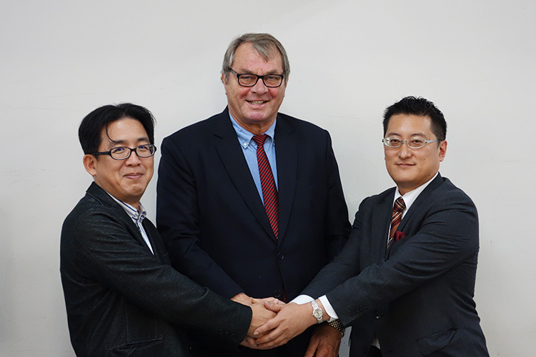 村木里志教授(左)、H.C.メンショール氏(中央)、坂本社長(右)
